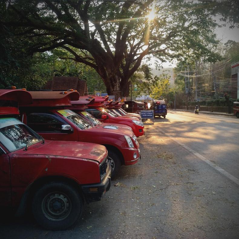 คิวรถสี่ล้อแดง [หน้าสวนสัตว์ -->ดอยสุเทพ-ดอยปุย]